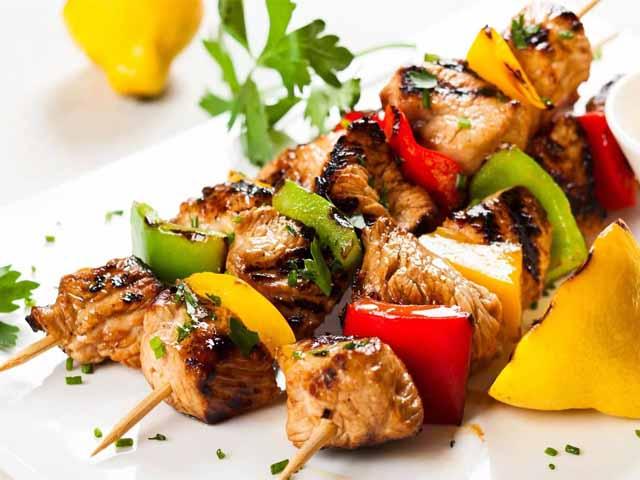 Вкусный шашлык из курицы на углях мягкий и сочный