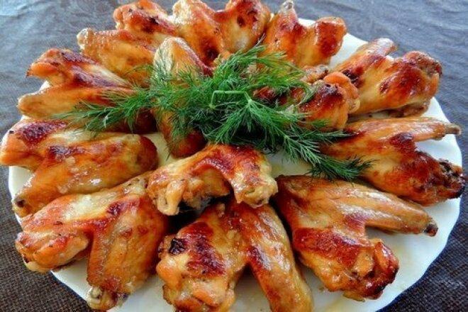 Куриные крылышки в сметане на сковороде
