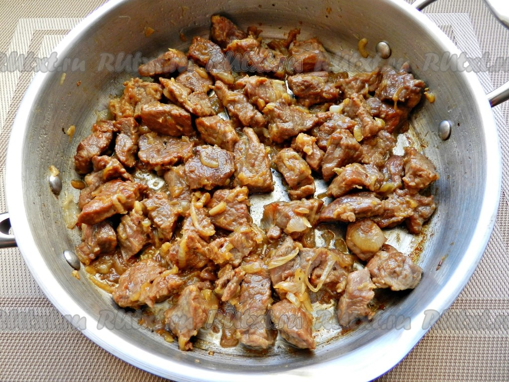 Говядина, тушеная с картошкой в кастрюле