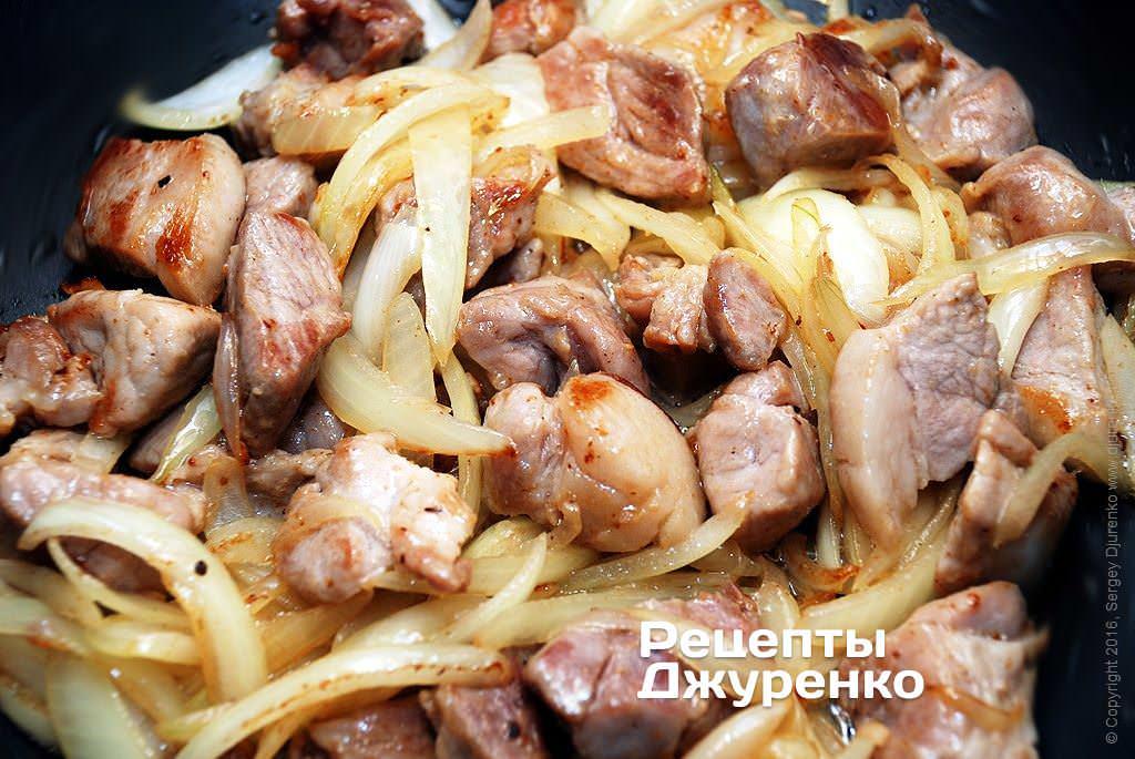Картошка жареная на сковороде со свининой и луком - рецепты джуренко