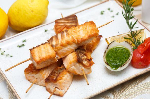 Горбуша на мангале стейками, целиком и в виде шашлыка: 8 рецептов