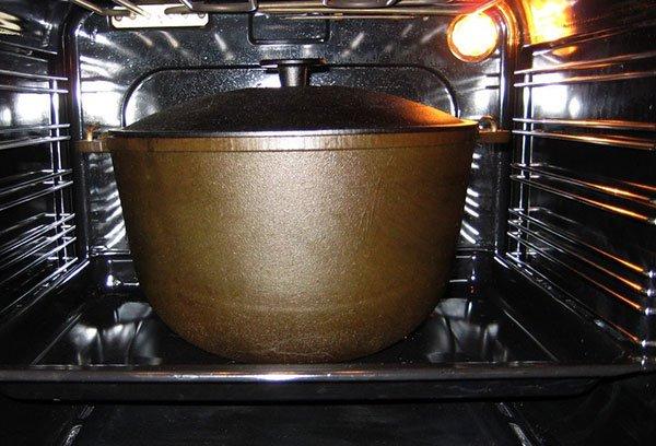 Как прокалить чугунную сковороду перед первым применением и в других случаях: солью, маслом и другими методами + фото и видео