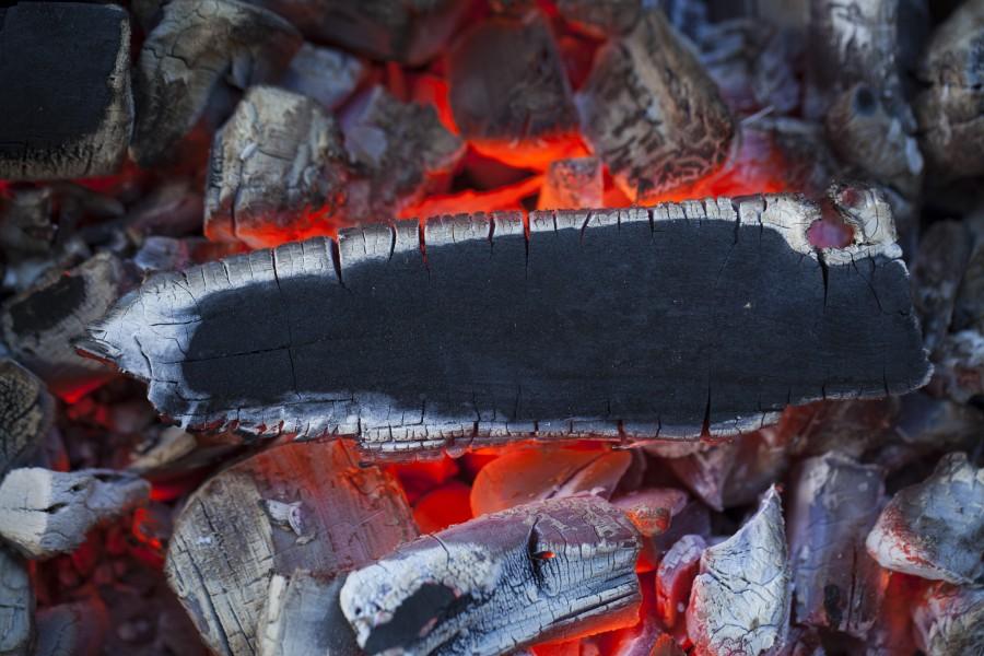 Как разжечь мангал для шашлыка правильно: выбираем уголь и дрова