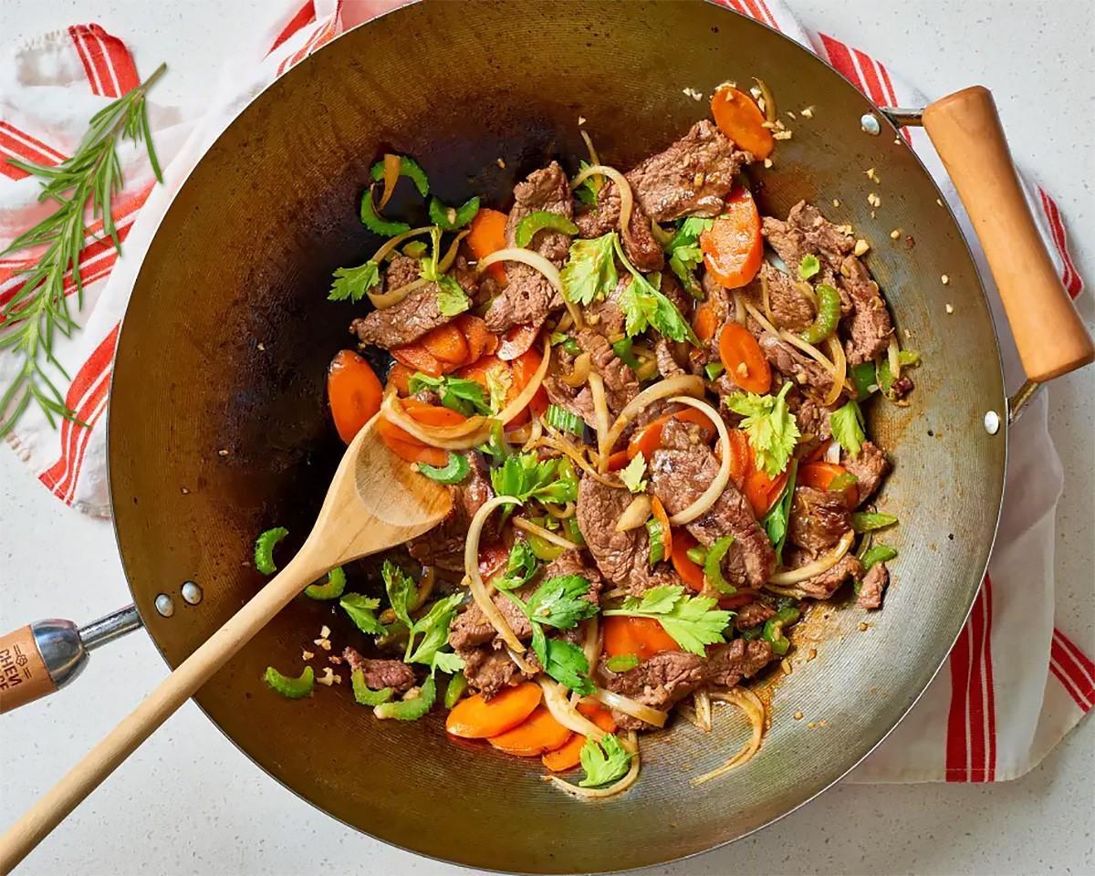Мясо на сковороде с замороженными овощами - 7 пошаговых фото в рецепте
