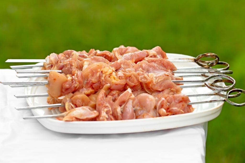 Диетический шашлык из куриной грудки на мангале
