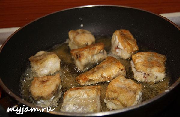 Красная рыба на сковороде жареная