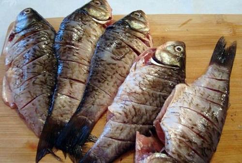 Карась на мангале на решетке: 5 рецептов жареной и запеченной рыбы - onwomen.ru