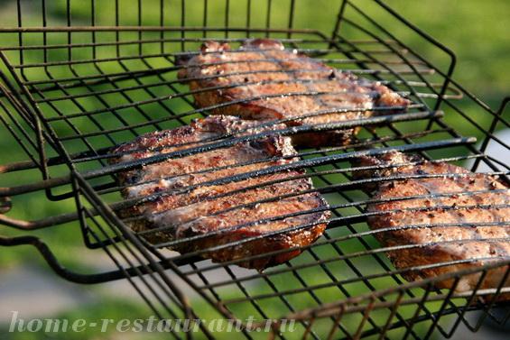 Стейк из свинины на углях