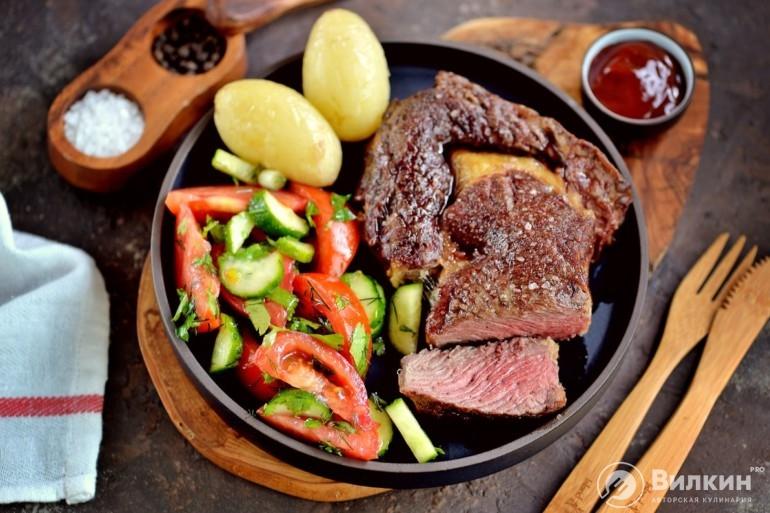 Приготовление стейка из говядины: сочный кусок мяса |