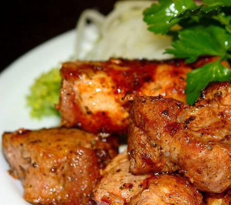 Как можно замариновать свинину для шашлыка, чтобы она получилась сочной