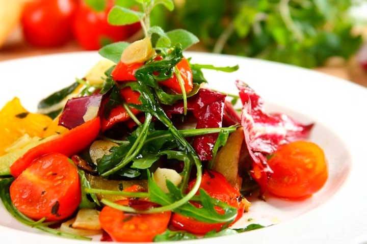Теплый салат из овощей, запеченных в духовке