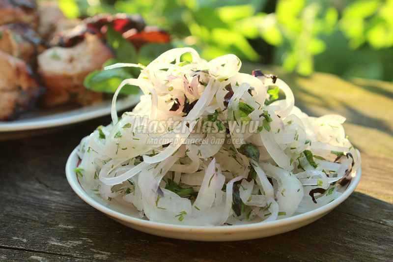 Маринованный репчатый лук для салата