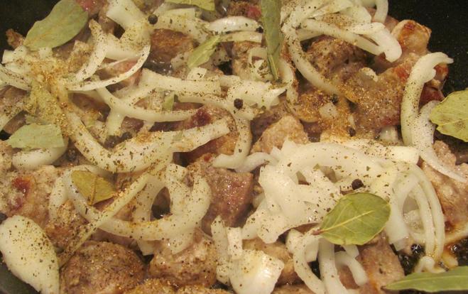 Свинина жареная с луком на сковороде – вкусные рецепты
