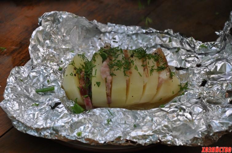 Картошка на шампурах на мангале в фольге. рецепт с салом и без, беконом на углях, костре