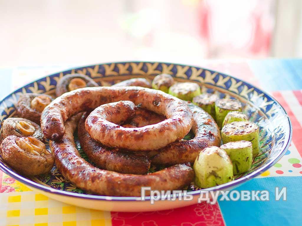 Готовые домашние колбаски, жареные на гриле