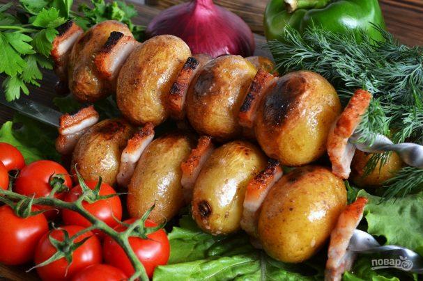 Картошка на шампурах на мангале