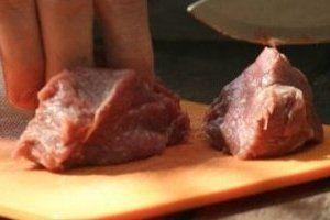 Как резать мясо — вдоль волокон или поперек?