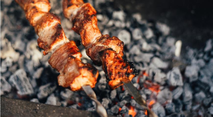 Как выбрать мясо для шашлыка и на каких дровах его жарить – свежие рецепты – кулинарный сайт