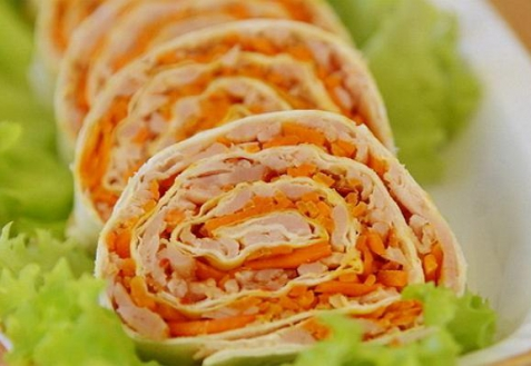 Рулет из лаваша с корейской морковью, капустой и курицей