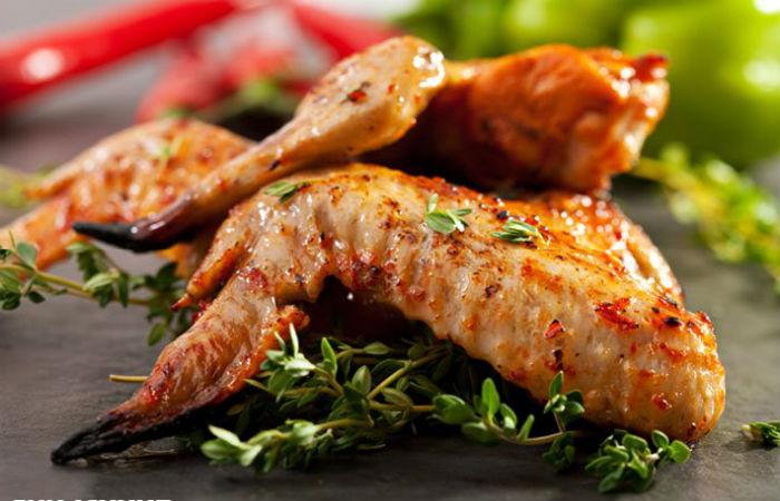 Шашлыка из куриных крылышек под соусом с авокадо и баклажана