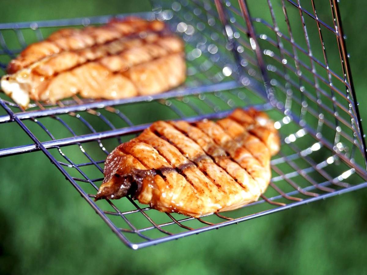 Шашлык из толстолобика на мангале