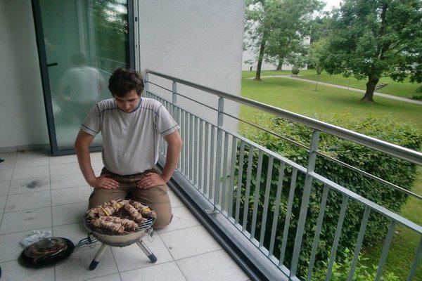 Мангал на балконе ( 32 фото): домашний вариант для шашлыка, коптильня на лоджии в квартире - как сделать внутри помещения