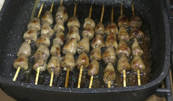 Как замариновать и пожарить шашлык из куриных сердечек