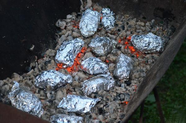 Картошка, приготовленная на мангале – 4 популярных рецепта