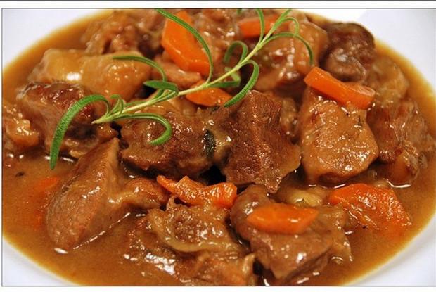 Говядина в подливе с морковью и луком - 6 пошаговых фото в рецепте