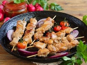 Шашлык из свинины на шпажках, жареный на сковороде