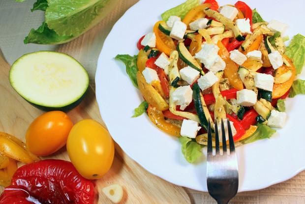 Салат из печеных баклажанов и свежих помидоров