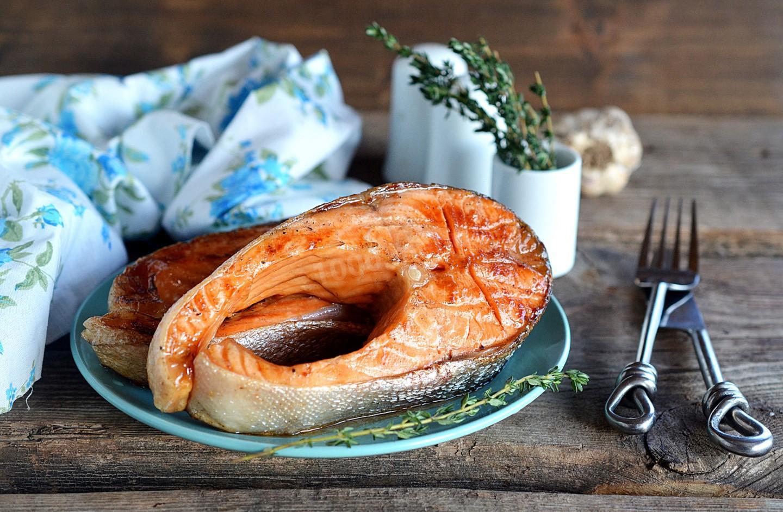 Стейк из лосося на сковороде гриль в медовом соусе