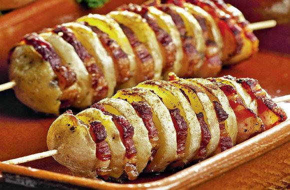Картофель с салом на шампурах на мангале