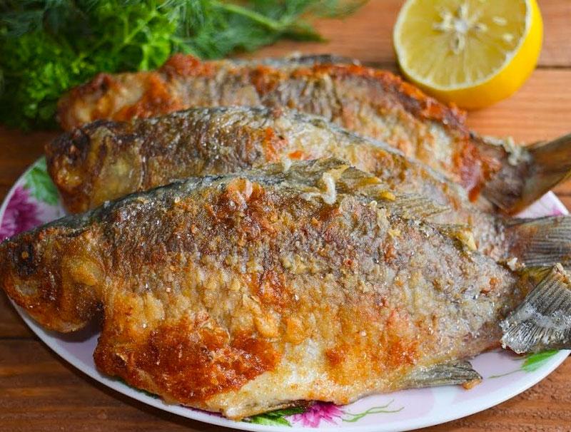 Как жарить речную рыбку на сковородке