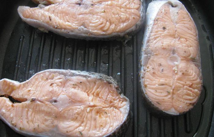 Стейк из семги на сковороде гриль