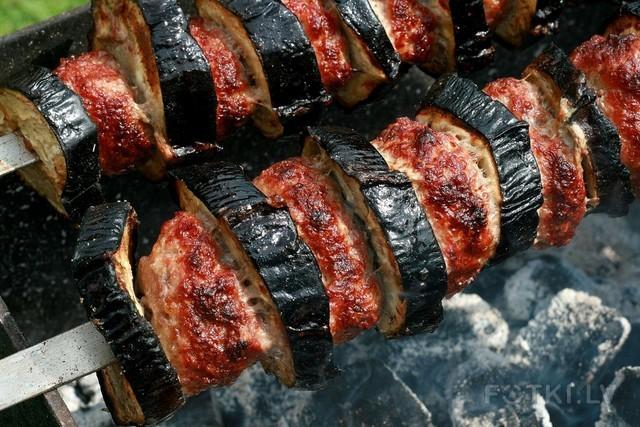Баклажаны с мясным фаршем и соусом из аджики