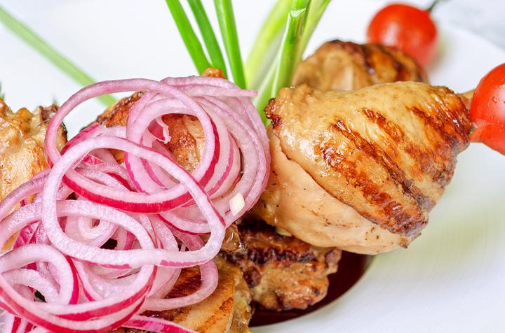 Быстрый маринованный лук к шашлыку. шашлык из свинины в луке