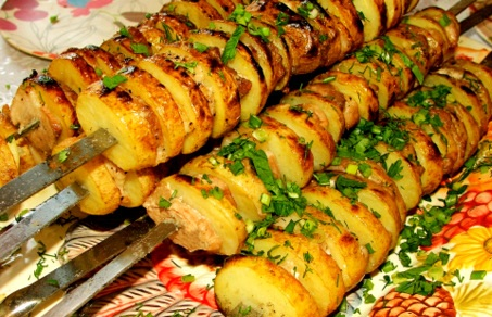 Молодая картошка на шампурах с салом, тимьяном и чабрецом