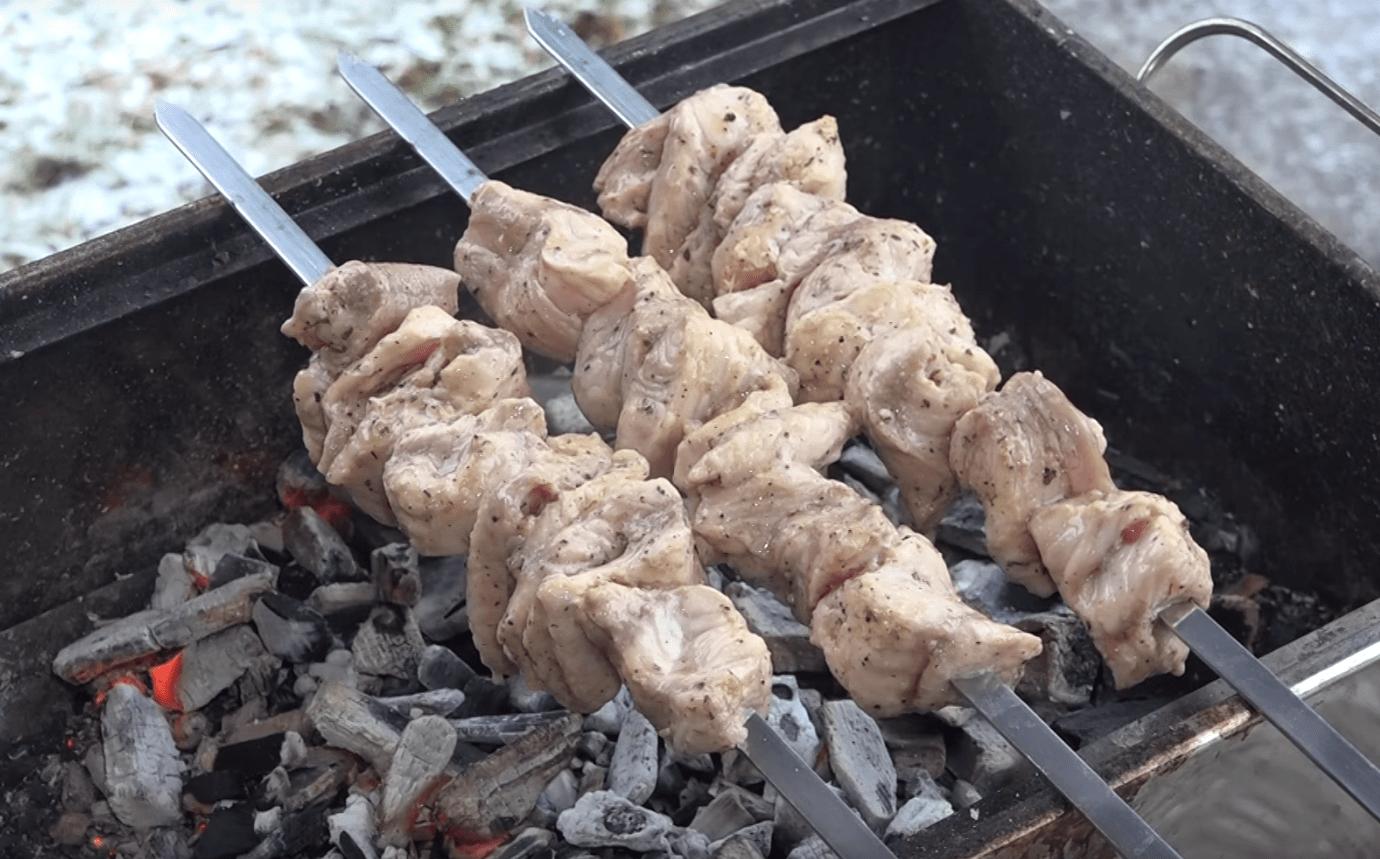 Вкусный шашлык из рыбы сом – пошаговый фото рецепт маринования и приготовления на мангале