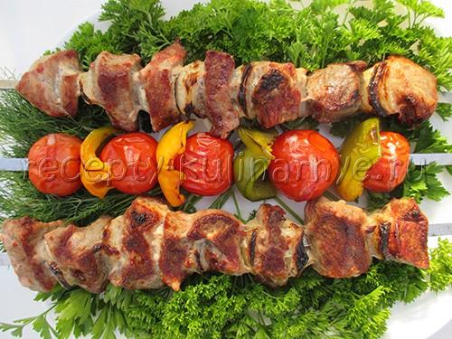 Шашлык из свиной лопатки рецепт. шашлык из лопатки свинины рецепт. видео рецепт маринования свиного шашлыка на минералке
