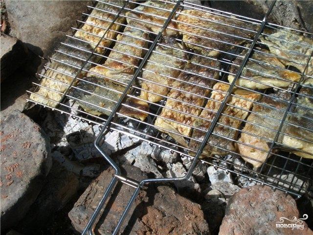 Шашлык из рыбы на мангале на решётке