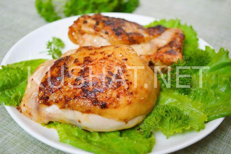 Жареная в муке курица с перцем на сковороде
