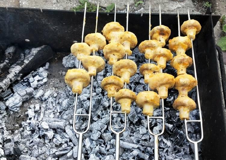 Шашлык из шампиньонов, запеченный в духовке на шпажках, в маринаде из майонеза и горчицы