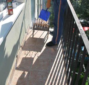 Сосед курит на балконе и дым идет в вашу квартиру: что делать, как бороться по закону