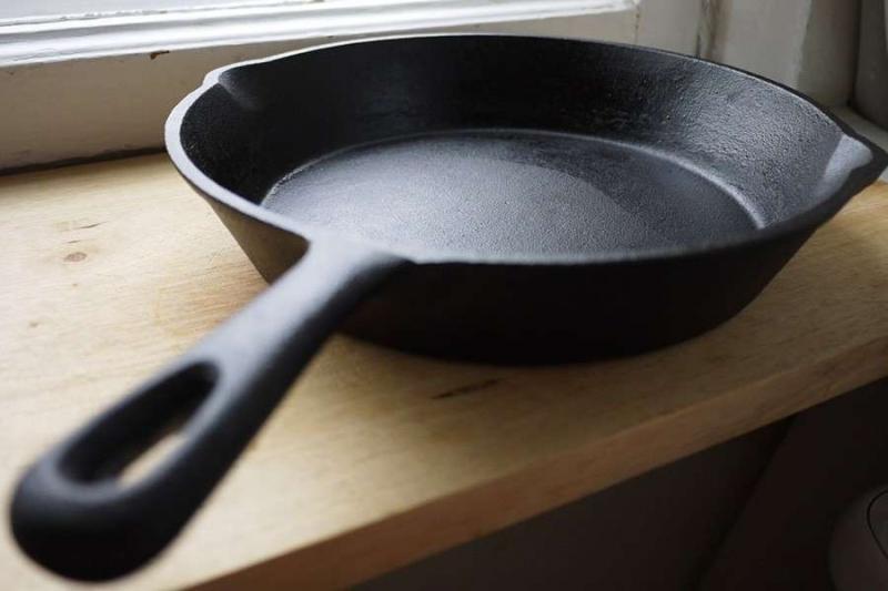 Какие легкие способы бывают чтобы прокалить сковороду из чугуна