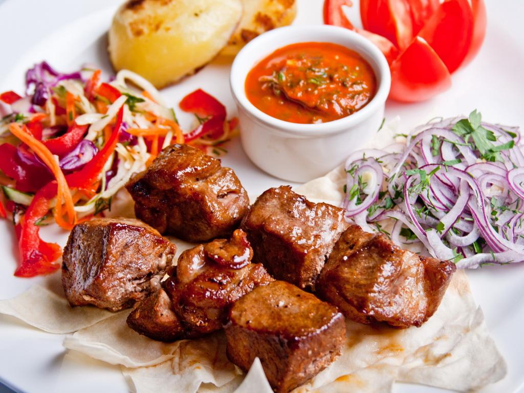 Как правильно выбрать свежее мясо свинины для шашлыка и стейка?