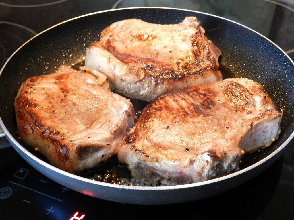 Мясо свинина кусочками на сковороде с луком