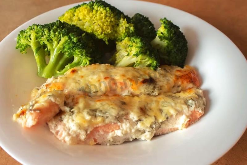 Запеченный лосось в духовке с каперсами и травами