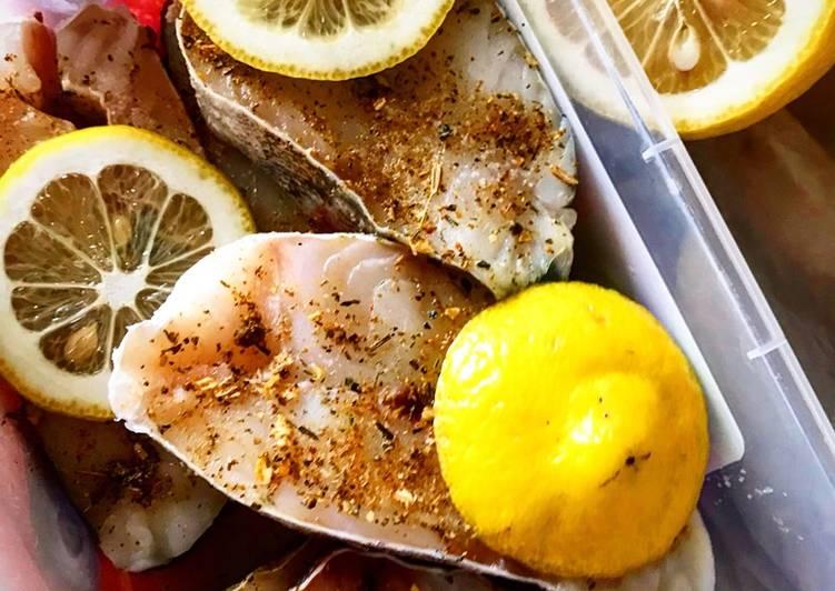 Шашлыки из рыбы — филе трески и сладкий перец на шпажках