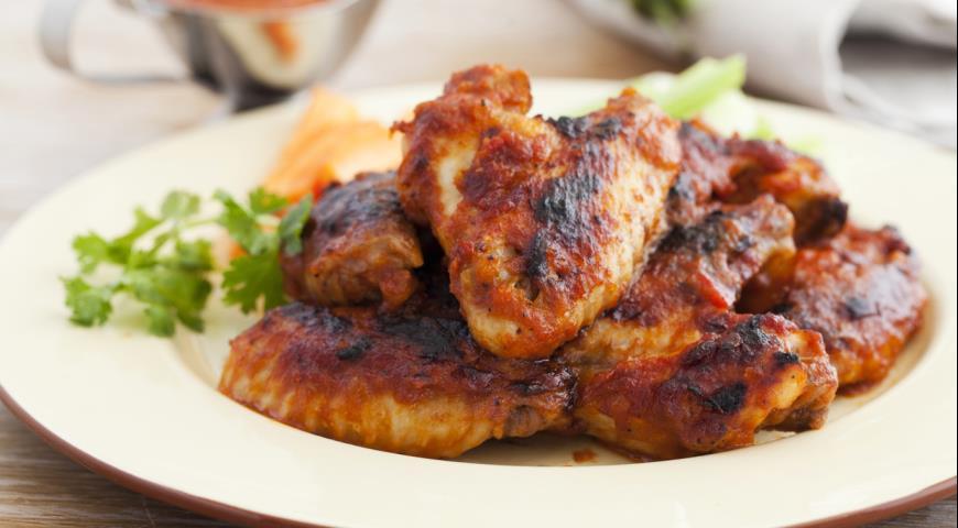 Как жарить куриные крылышки на мангале